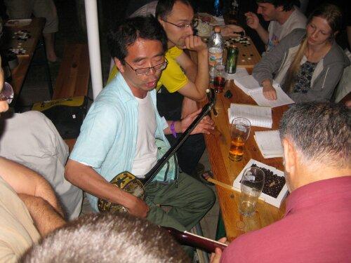 Kozo Hayashi spielt Shamisen.