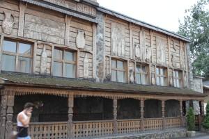 Die handgeschnitzte Fassade des Iliana
