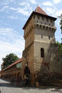 Einer der vielen erhaltenen Türme mit restaurierter Stadtmauer