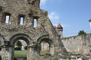 Reste der Mauer, im Hintergrund der Glockenturm, der auch heute noch in Betrieb ist