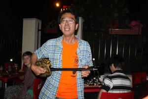 Kozo Hayashi spielt und singt