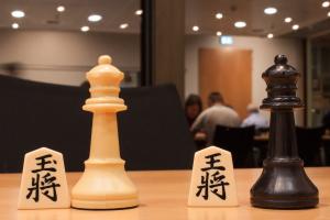 Schach und Shogi in geselliger Runde