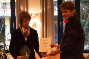 Daniel Jordan bekommt Pokal und Urkunde von Georg Ulbrich